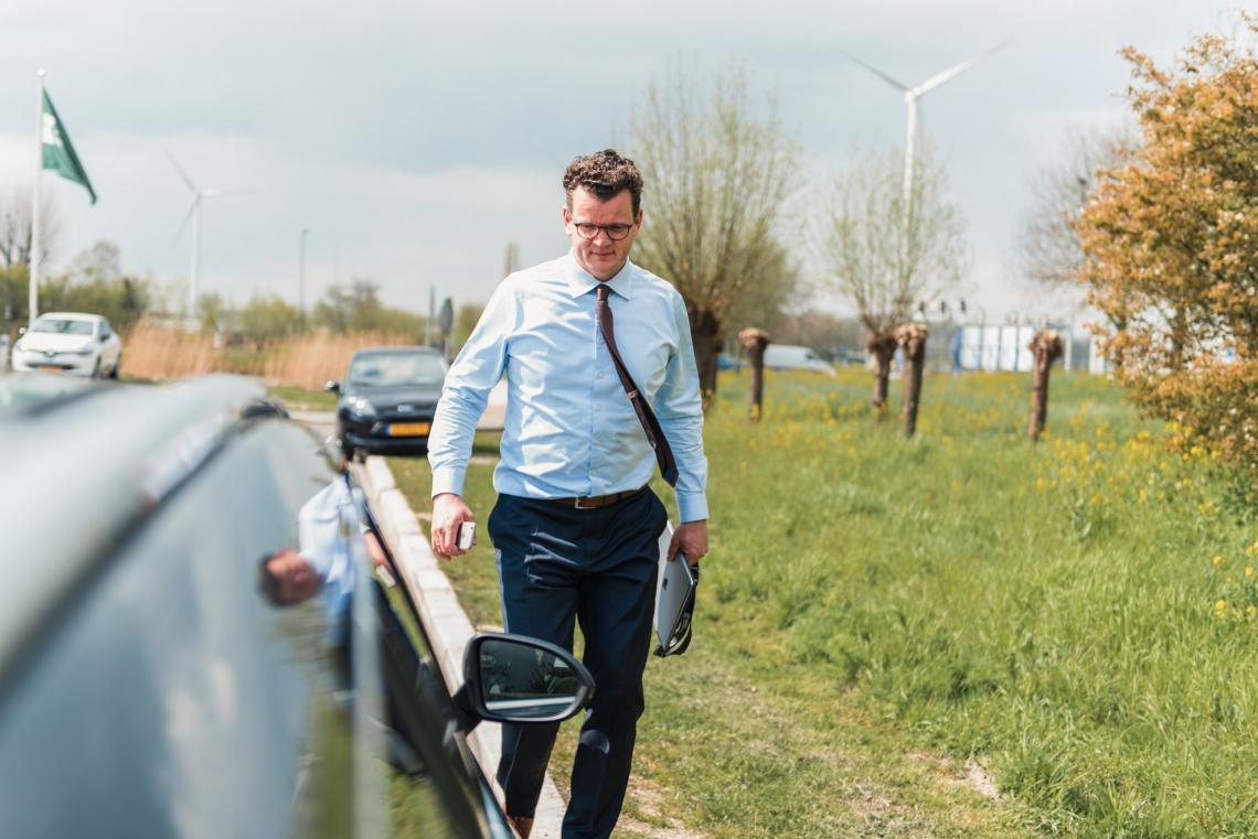 Hans loopt naar de auto